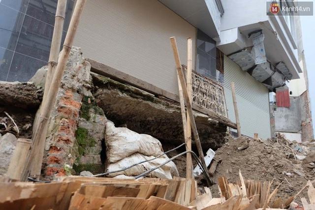 Những ngôi nhà nằm sát mương nước rất có thể sẽ bị sụt lún khi mưa to kéo dài.