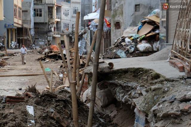 Nhiều ngôi nhà bị múc đất lõm sâu vào bên trong nền.