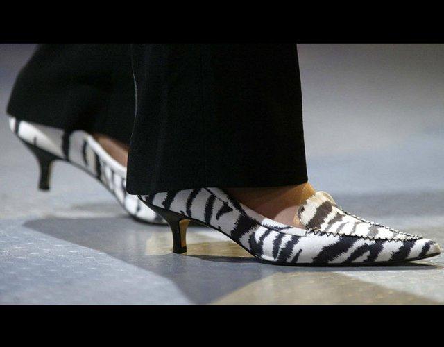 Chiếc giày đế thấp theo phong cách ngựa vằn cũng được bà trưng diện cùng năm đó.