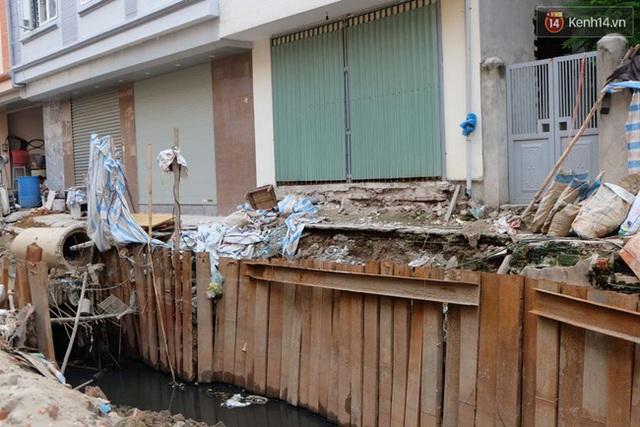 Trước cửa nhà nhiều khu vực trũng còn bị biến thành vũng nước thải tù đọng bốc mùi hôi thối.