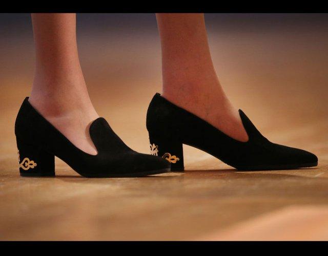 Theresa May với đôi giày đen kết hợp họa tiết màu vàng trên gót khi đến dự hội nghị đảng Bảo thủ ngày 3/9/2014.