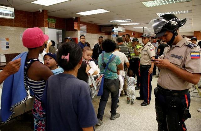 Do nạn cướp bóc thực phẩm gia tăng, Venezuela đã triển khai cảnh sát dày đặc ở các siêu thị - Ảnh: Reuters.