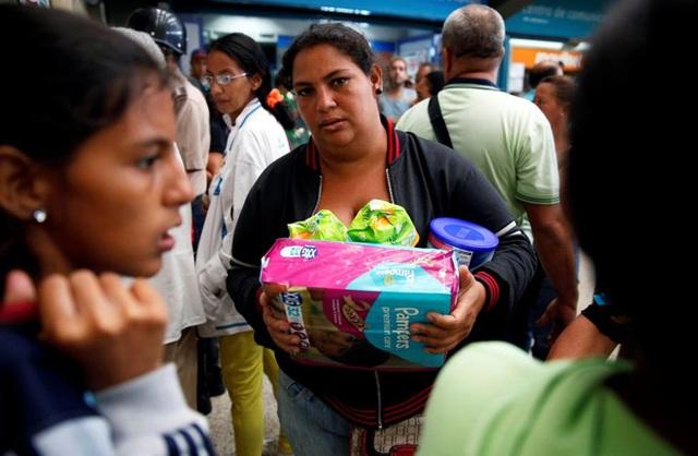 Người dân chỉ mua được những mặt hàng thiết yếu nhất như tã giấy, giấy vệ sinh, sữa bột... - Ảnh: Reuters.