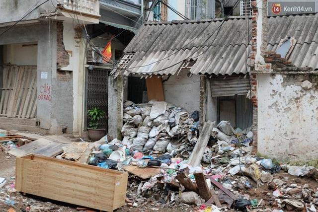 Cảnh tượng rác thải vứt bừa bãi.