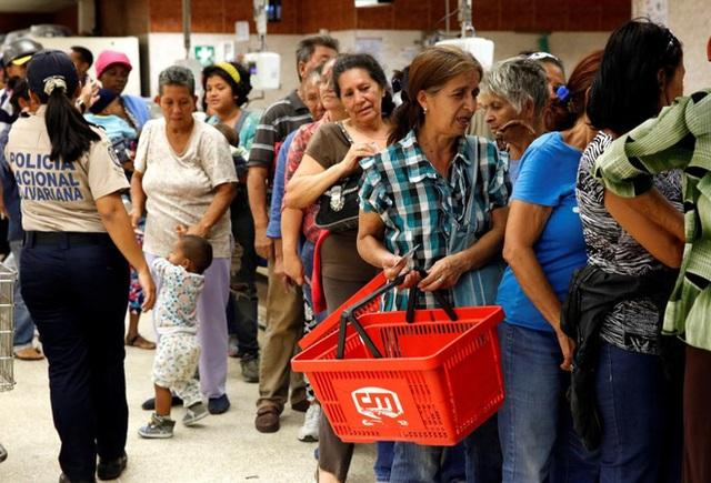 Chính phủ của Tổng thống Nicolas Maduro đã hứa với người dân tình hình sẽ sớm được cải thiện. Tuy nhiên, theo giới truyền thông, cuộc khủng hoảng ở Venezuela vẫn chưa có dấu hiệu lắng dịu - Ảnh: Reuters.