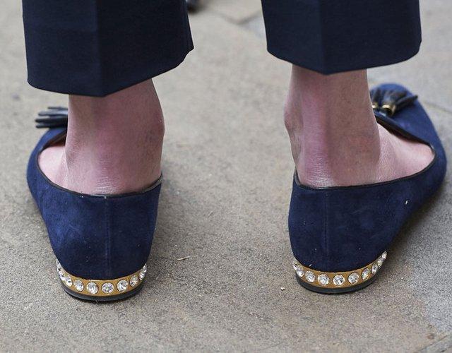 Đôi giày bệt đính đá được giới truyền thông săn lùng khi bà đến Văn phòng Nội các tại London ngày 28/6/2015.