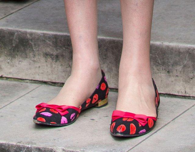 """Còn đây là đôi giày được đặt bên ngoài Tòa nhà Quốc hội vào 7/7 vừa qua của """"bà đầm thép thứ hai""""."""