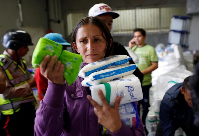 Gương mặt đầy vẻ âu lo của một phụ nữ Venezuela khi đi siêu thị ở Caracas hôm 30/6 - Ảnh: Reuters.