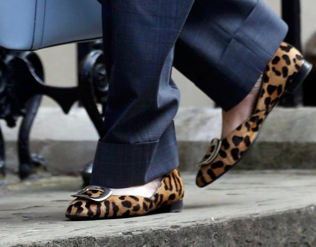 Cuối cùng là đôi giày da báo đồng hành cùng bà trong khi tham dự cuộc họp nội các tại số 10 Downing Street, ở trung tâm London hôm 12/7 - một ngày trước khi bà tuyên thệ nhậm chức thủ tướng Anh, trở thành người phụ nữ thứ 2 đảm nhận vị trí này ở Anh từ sau bà đầm thép Margagret Thatcher.