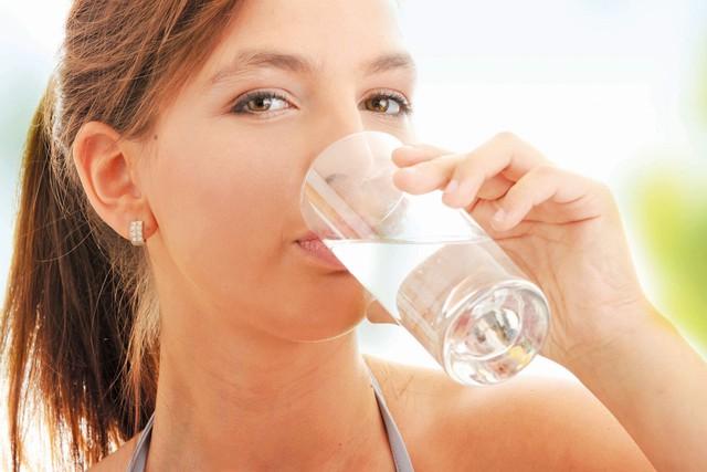 Uống một cốc nước ấm vào buổi sáng mang tại nhiều lợi ích cho sức khoẻ.
