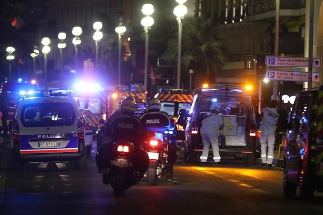 Cảnh sát và lực lượng cứu hộ tới hiện trường (Ảnh: Valery Hache/AFP/Getty Images)