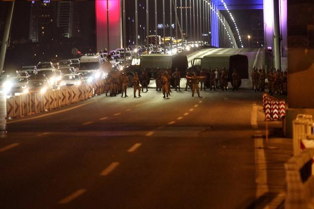 Các binh sĩ Thổ Nhĩ Kỳ chặn cây cầu Bosphorus Bridge nối liền phần châu Á và châu Âu của Thổ Nhĩ Kỳ ngày 15/7/2016. Ảnh: Gokhan Tan/Getty Images