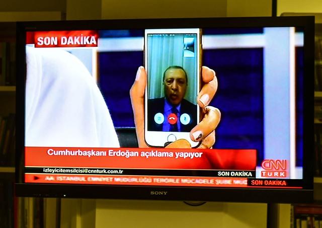 Tổng thống Thổ Nhĩ Kỳ Tayyip Erdogan xuất hiện trên kênh CNN Turk quan ứng dụng Facetime. Ảnh: Burak Kara/Getty Images