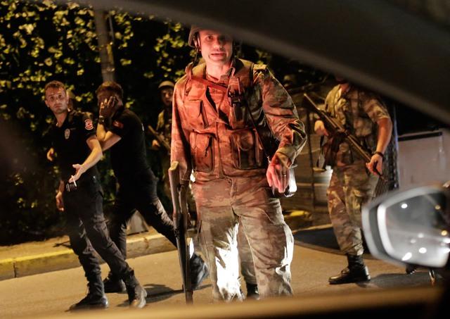 Lực lượng an ninh Thổ Nhĩ Kỳ bắt giữ các sĩ quan cảnh sát (mặc đồ đen) ở Istanbul. Ảnh: Yasin Akgul/Getty Images
