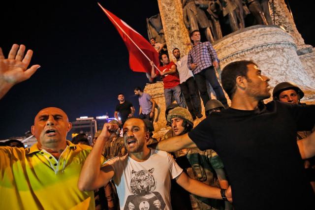 Những người ủng hộ ông Erdogan biểu tình chống quân đội trước quảng trưởng Taksim Square của Istanbul. Ảnh: Emrah Gurel/AP