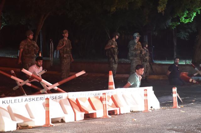 Các sĩ quan an ninh Thổ Nhĩ Kỳ bắt giữ dân thường chưa xác định được danh tính. Ảnh: Bulent Kilic/AFP via Getty Images