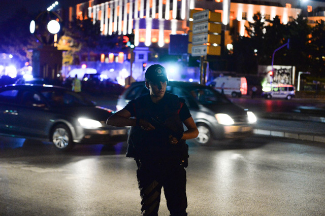 Các sĩ quan cảnh sát ở gần trụ sở quân đội Thổ Nhĩ Kỳ. Ảnh: Kutluhan Cucel/Getty Image
