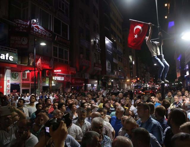 Người dân Thổ Nhĩ Kỳ biểu tình. Ảnh: Fikret Delal/Anadolu Agency via Getty Images