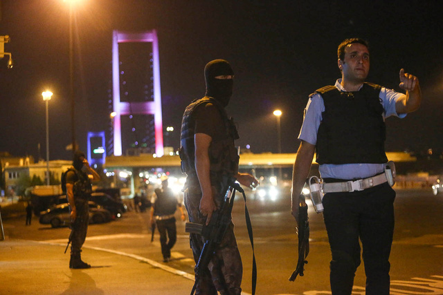 Quân đội chặn cây cầu Bosphorus Bridge. Ảnh: Burak Kara/Getty Images
