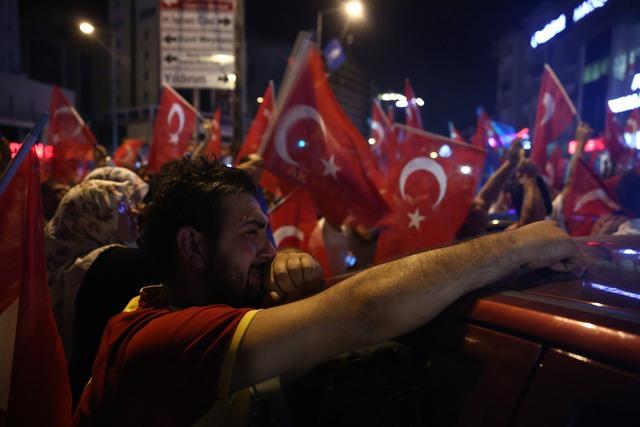 Người biểu tình ở Bursa, Thổ Nhĩ Kỳ. Ảnh: Sergen Sezgin/Anadolu Agency via Getty Images