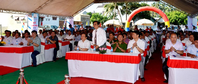 Các đồng chí lãnh đạo địa phương tại Quảng Ngãi tham gia Lễ khởi công xây dựng dự án)