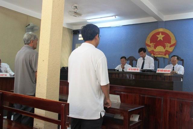 Phiên tòa xử vụ ông Bình (áo trắng) đòi lại 1,35 tỉ từ ông Bùi (áo màu xám).