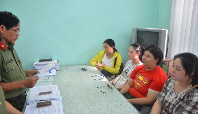 Nhóm người Trung Quốc bị Công an Đà Nẵng phát hiện vi phạm quy định về nhập cảnh và có hoạt động khác tại VN mà không được phép của cơ quan có thẩm quyền của VN - Ảnh: Đ.C.