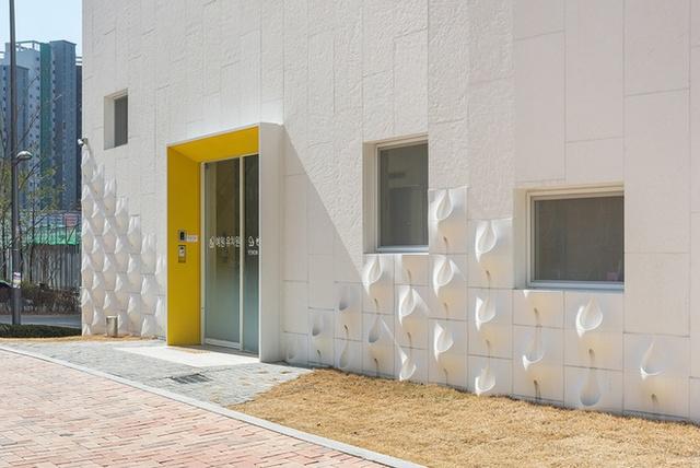 Các kiến trúc sư đã sử dụng tấm Pocket Panel quanh các mảng tường và thiết kế các hốc nhỏ để đặt cây trồng