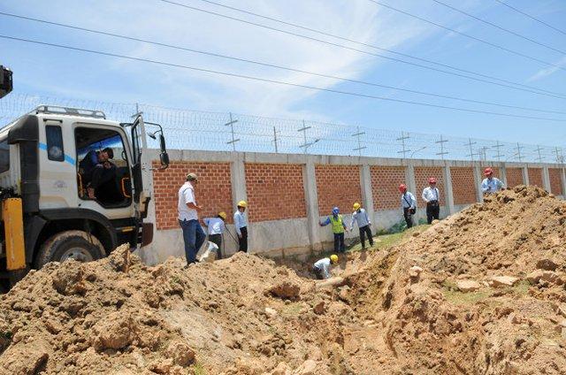 Các công nhân Formosa thực hiện việc cắt bỏ đường ống và bịt kín phần cắt - Ảnh: HỒ VĂN