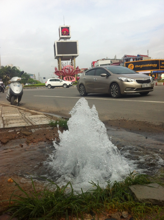 Nước sạch phun lênh láng ra đường suốt cả tuần