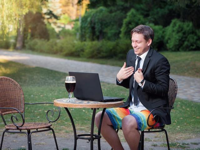 Phái mạnh không nên mặc quần đùi tới chỗ làm.