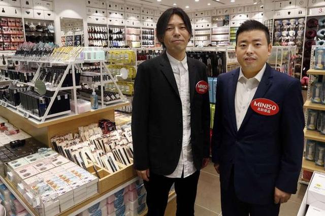 Chân dung 2 ông chủ của Miniso: Giám đốc thiết kế Miyake Jyunya (trái) và tổng giám đốc Ye Guo Fu (phải).