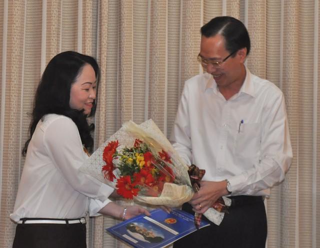 Phó Chủ tịch UBND TPLê Thanh Liêm (bìa phải) trao quyết định bổ nhiệm của UBND TP cho bà Lê Ngọc Thùy Trang