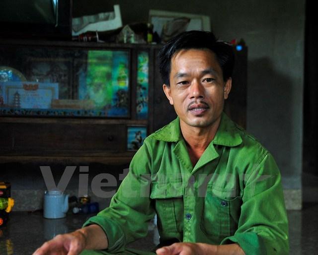Ông Bùi Văn Bảy, chủ ao cá rộng hơn trăm mét vuông ở xóm Quà, xã Yên Lập, huyện Cao Phong, Hòa Bình (Ảnh: Võ Phương/Vietnam+)