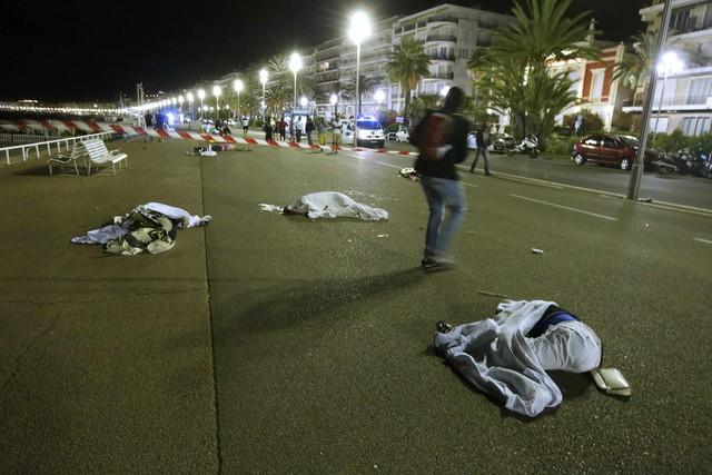 Thi thể nạn nhân la liệt khắp hiện trường vụ tai nạn - Ảnh: REUTERS