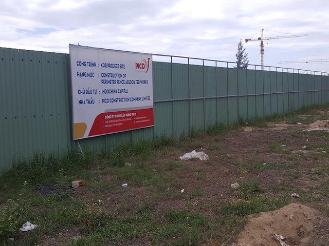 Dự án nghỉ dưỡng chủ đầu tư indochina Capital nằm trên đường Trường Sa đang thi công khá cầm chừng. Theo quan sát, trên công trường hiện có khoảng 20 công nhân thi công san lắp mặt bằng