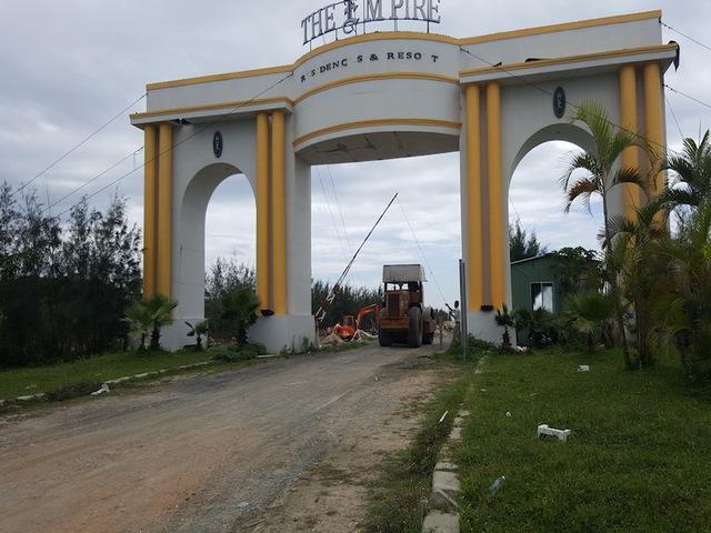 Nằm giáp ranh với dự án Cocobay Đà Nẵng, một dự án nghỉ dưỡng khác của Tập đoàn Empire cũng đang trong quá trình san lắp mặt bằng, thi công các tuyến đường chính nội khu