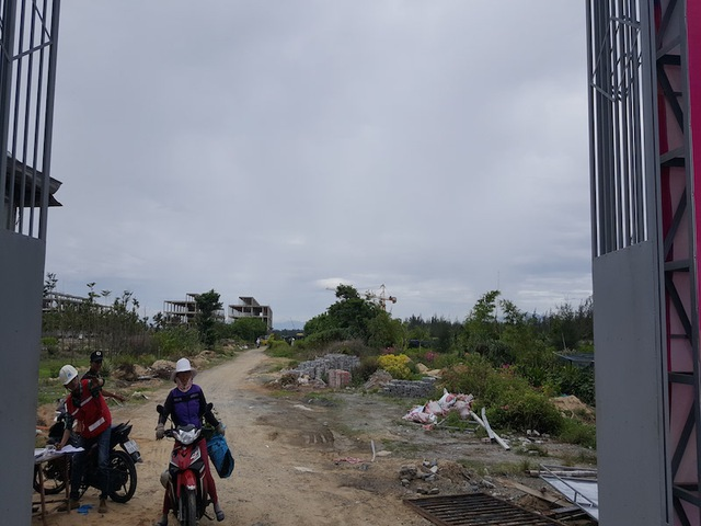Bên trong công trường siêu dự án nghỉ dưỡng - giải trí Cocobay Đà Nẵng. Theo quan sát, phần đất đối diện mặt tiền biển, nhiều biệt thự biệt lập đã được xây xong phần thô.