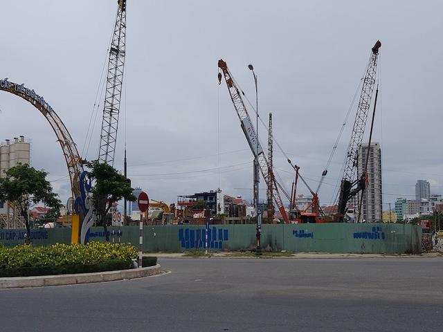 Các tuyến đường chính ở Đà Nẵng đều có những công trường rộng lớn. Trong ảnh là công trường thi công phân hầm dự án Soleil Đa Nẵng nhìn từ xa