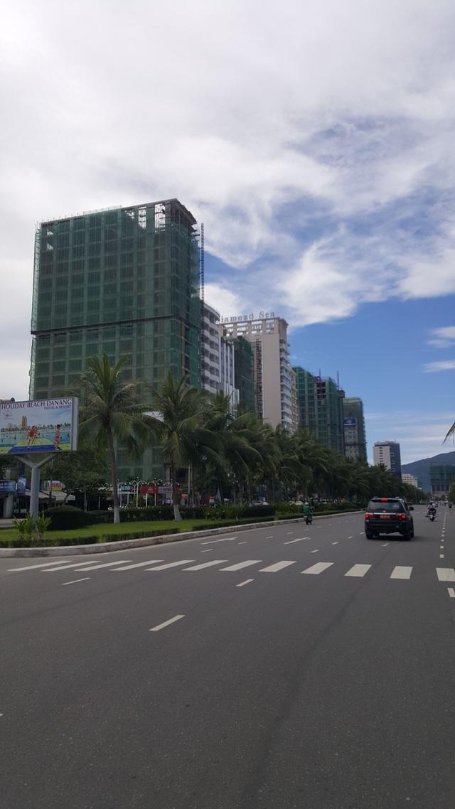 Tuyến đường Hoàng Sa - Trường Sa được mệnh danh là cung đường BĐS nghỉ dưỡng. Ăn theo các dự án nghỉ dưỡng khác, nhiều dự án khách sạn 3-5 sao đang rầm rộ thi công.