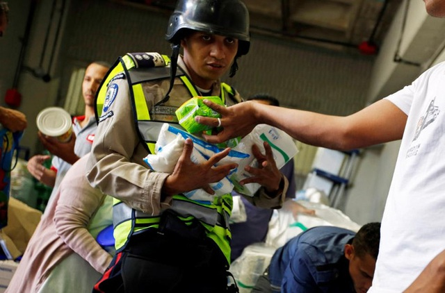 Nhân viên an ninh có mặt tại siêu thị để đảm bảo không xảy ra tình trạng cướp giật thực phẩm hay tranh giành đồ - Ảnh: Reuters.