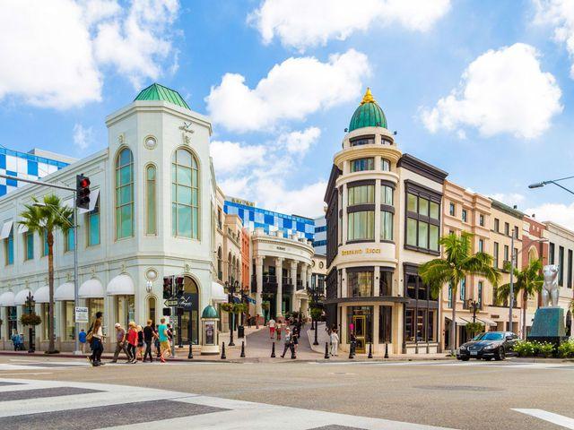 Thành phố hào nhoáng này là giấc mơ của các tín đồ mua sắm với các nhãn hàng thời trang cao cấp.