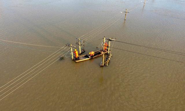 Trung Quốc đang lo bão sẽ khiến tình hình lũ lụt ở nước này thêm trầm trọng. Trong ảnh là cảnh ngập lũ ở Xuancheng, tỉnh An Huy - Ảnh: Reuters