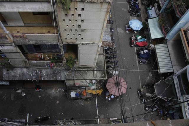 Sau gần 50 năm được đưa vào sử dụng, chung cư cô Giang đã và đang xuống cấp trầm trọng, có thể sập bất cứ lúc nào, gây nguy hiểm đến tính mạng của người dân.