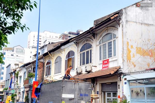 Kiến trúc dãy nhà mặc dù đều và đẹp nhưng tồn tại gần 100 năm qua nên đã xuống cấp nặng.