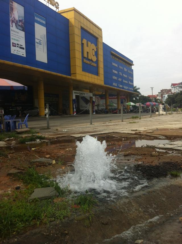 Vị trí thủng ống nước chỉ cách trụ sở UBND phường Liên Bảo, TP Vĩnh Yên khoảng 300m
