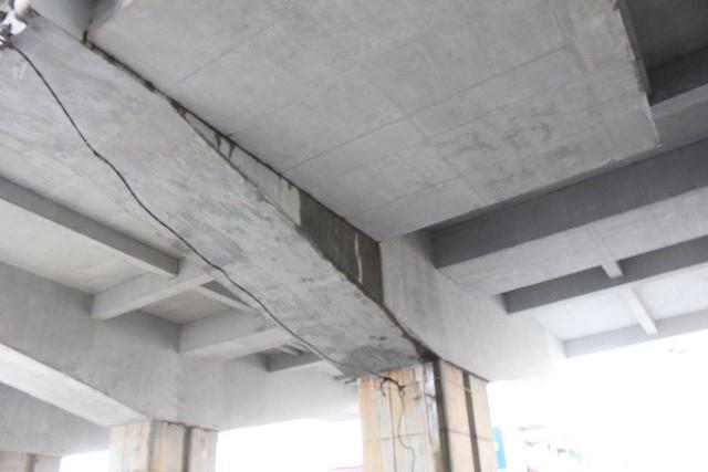 Nước chảy tại khe giáp nối giữa mặt sàn và trụ cột