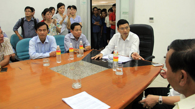 Tới 18g ngày 7-7 ông Hồ Kỳ Minh, phó chủ tịch UBND TP Đà Nẵng đã có mặt tại hiện trường cùng các bên liên quan tìm hướng giải quyết vụ việc - Ảnh: TRƯỜNG TRUNG.