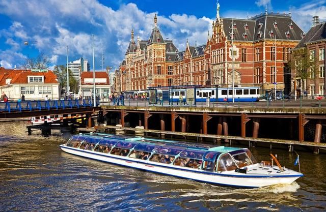 Tàu thủy là một trong những phương tiện được yêu thích tại thủ đô Amsterdam.