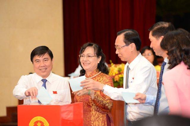 Các đại biểu bầu các chức danh HĐND TP.HCM - Ảnh: Tự Trung